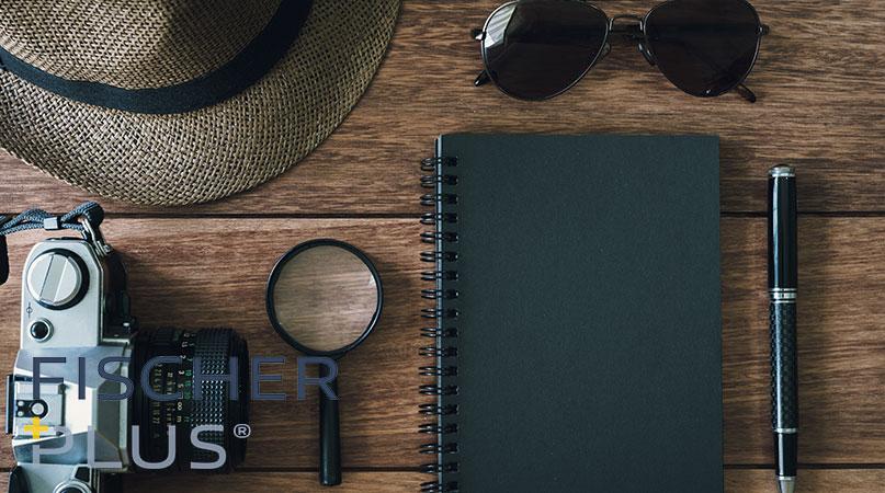 Detektiv Ausrüstung: Kamera, Lupe, Hut, Brille, Schreibblock, Stift