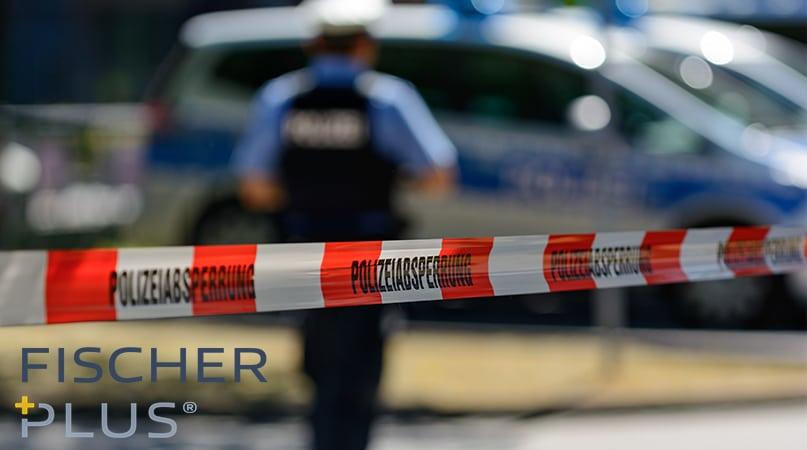 Polizist hinter eine Absperrung in Bonn